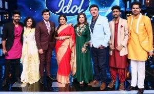 Vidya Balan with the Judges & COntestants of Indian Idol 9