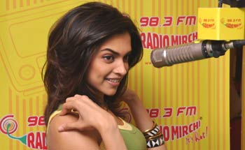 Karthik calls Karthik on Radio Mirchi 98.3 FM ...
