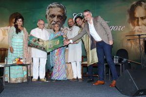 (L - R) Shreya Ghoshal, Gulzar, Jaya Bachchan, Shantanu Moitra, Shaan and Vikram Mehra, MD, Saregama India Ltd. unveiling the new music album 'Gulzar in conversation with Tagore'
