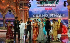 Anil Kapoor (Jai Singh Rathod) dancing with Kirron Kher, Karan Johar and Malaika Arora on India's Got Talent Grand Finale