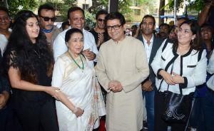 Zanai Bhosle, Jackie Shroff, Asha Bhosle, Ashish Shelar, Talat Aziz, Raj Thackeray and Anuja Bhosle at Asha Bhosle's granddaughter Zanai Bhosle